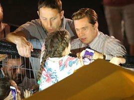 Brad Pitt (52) zachránil malou holčičku, málem ji umačkal dav