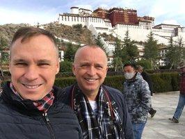 Moderátor Karel Voříšek se tajně oženil: Na dovolené v Tibetu