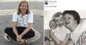 """Tomáš Klus ukázal fotku se zesnulým tátou: """"My mysleli, že jsi přibral! To je podoba,"""" diví se fanoušci"""