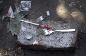 Drogy užívá 250 milionů lidí, tvrdí OSN. Umírají po statisících