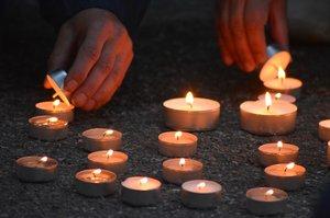 Kampu osvítily stovky svíček: Praha si připomněla 66. výročí od popravy Milady Horákové