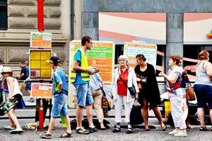 Chaos na Karlově náměstí: Lidé z dopravního podniku míří do ulic kvůli zmateným cestujícím