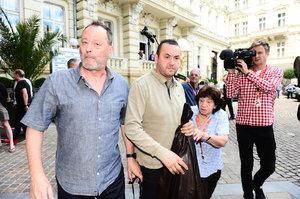 Jean Reno je ve Varech: Unavený a propocený přijel jen na pár hodin