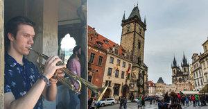 Tajemný trubač odhalen. Petr hraje z věže Staroměstské radnice na celé náměstí