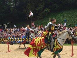 Dřevce, koně a brnění: O víkendu se ve Střešovicích utkají rytíři, dojde i na ponožkovou bitvu