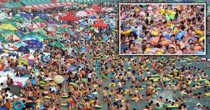 Čínské plážové šílenství: Tisíce lidí se tísní na malé pláži, kde nejsou záchody