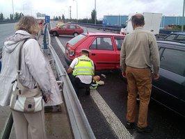 2 sražení policisté, 5 nabouraných aut: Řidiči na Pražském okruhu nezvládli silnici