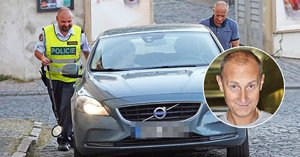 Herec Carda versus policie: Tak co, sporťáku, schováváš něco pod autem?