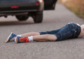 Kluk (6) šel s dědou (60) na procházku: Vběhl autu přímo pod kola
