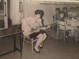 32 let stará fotka jedné z nejlepších a nejvnadnějších českých zpěvaček: Poznáte, kdo je na ní?