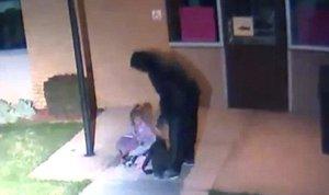 Táta nechal dcerku (5) ležet na zemi v mrazu, namísto toho, aby se o ni postaral