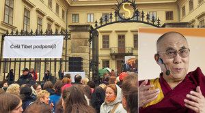 """Dalajlamu v Praze pohostili tvrdým chlebem: """"Ukážu vám tvrdé zuby,"""" zavtipkoval"""