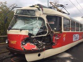 Děsivě vypadající nehoda v ulici Generála Šišky: Náklaďák zdemoloval kabinu řidiče tramvaje číslo 17
