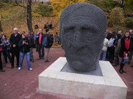 Básník Skácel shlíží na Brno: Sochař vytvořil jeho tvář z tisíců ocelových trubek