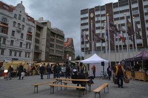 Umělecké trhy se z Pařížské stěhují: Čeští nadějní umělci »rušili« okolí