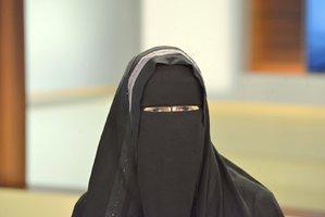 Muslimka skočila na zpěváka a objala ho: Saúdové jí hrozí roky vězení a pokutou půl milionu