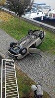 Řidička prorazila svodidla a spadla z nábřeží na náplavku. Auto skončilo na střeše