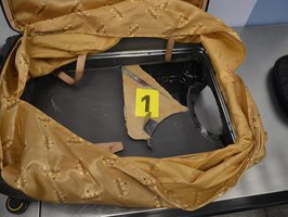 Celníci na pražském letišti odhalili pašeráka z Pákistánu: V kufru vezl 9 kilo heroinu
