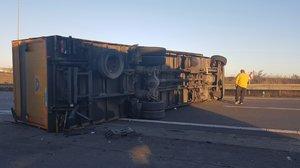 Na příjezdu do Prahy se na dálnici D10 převrátil kamion: Tvořily se kolony