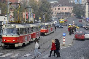 Mezi Klárovem a Újezdem nepojedou měsíc tramvaje: Kudy vedou náhradní trasy a objížďky?
