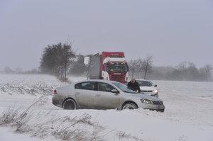 Pozor, na silnicích je opět led: U Modřan se srazilo na namrzlé vozovce sedm aut