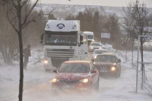 Sníh uzavřel silnice, řidiči se smekají na ledovce. Chumelit bude celý den