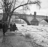 Patnáctimetrová hora ledu ve Vltavě: Praha roku 1922 čelila ledové povodni