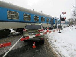 Cizinec přehlédl červenou a vjel na přejezd v Trutnově: Srazil se s vlakem