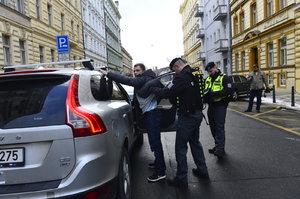 Zfetovaný řidič předstíral taxikáře, přitom ani nesměl řídit. Policie ho chytila
