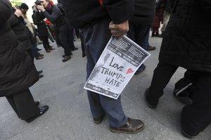 """""""Láska trum(p)fne nenávist."""" Lidé v Praze demonstrovali proti Trumpovi"""