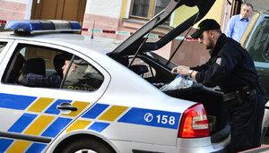 Cizinec v Česku napadl přítelkyni: Potom si strčil drát do zadku a spolykal žiletky