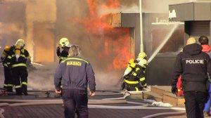 Požár stánku s langoši způsobil škodu za 10 milionů. Dva lidé utrpěli popálení