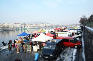 O víkendu podeváté odstartují trhy na náplavce v Praze 2. Budou se opékat špekáčky