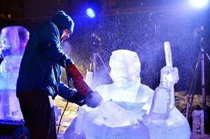 Motorovka a led: Sochaři na Harfě vytesají světová velkoměsta