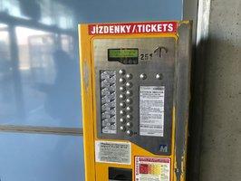 Pražské letiště má zbrusu nové automaty na jízdenky MHD: Dá se v nich platit kartou, cestujícím i poradí