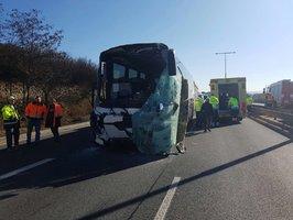 Výletní autobus narazil do kamionu. Řidič je vážně zraněn, Kbelskou ulici zavřeli