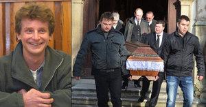 Pohřeb herce Raušera (†38) z Divokých včel: Bolelo ho rameno, živý se domů nevrátil, prozradil jeho táta