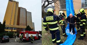 VIDEO: Na Opatově vypukl fiktivní požár v bývalém hotelu. Hasiči budovu evakuovali