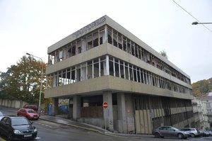 O bývalou tiskárnu v Praze 5 se majitel nestará: Bydlí v ní narkomani a bezdomovci