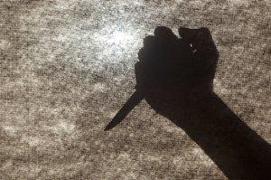 Agresivní muž s nožem (41) kradl bonbony: Při potyčce minul ostrahu a trefil pěstí svého syna