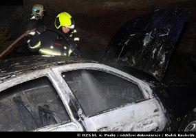 Na Smíchově řádil žhář: V noci ve Vrchlického ulici zapálil auto, zbyl z něj vrak