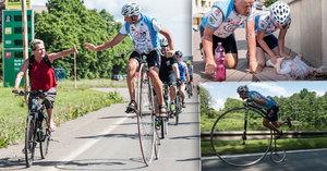 Josef pomáhá jízdou na vysokém kole dětem s rakovinou. Sedmkrát objel svět