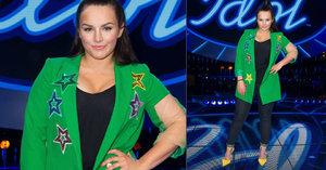 Zpěvačka Ewa Farna V zeleném saku jako půlhektarová louka