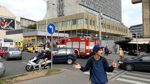 Muž dostal záchvat a spadl do kolejiště: Metro C skoro hodinu stálo