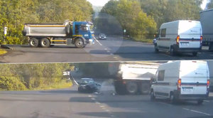 Policisté natočili nehodu v přímém přenosu: Osobák se na křižovatce rozstřelil o náklaďák