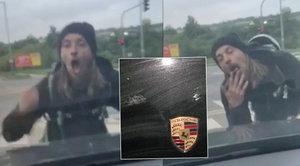Blázen zaútočil v Butovicích na porsche: Poničil kapotu, na řidiče ukazoval úchylná gesta