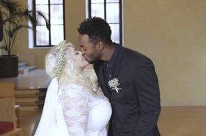 Další tajná svatba: Blonďatá zpěvačka s obřím dekoltem se vdala za exotického umělce