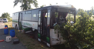 Na Plzeňsku se srazilo auto s autobusem: Zranily se dvě děti a dva dospělí