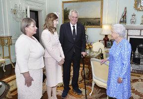 """""""Úžasný moment."""" Podívejte se, jak Zemanovi nakráčeli k Alžbětě II."""