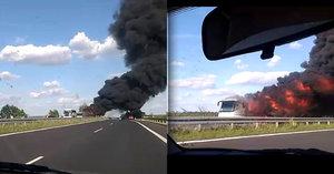 Na dálnici D7 shořel autobus: Cestujícím se podařilo uprchnout